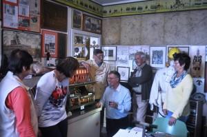 Max Rehfeld und Rolf Kröhnke (Mitte) erläuterten die Funktionsweise der inzwischen eingestellten Hydro-Förderung der Kohle.