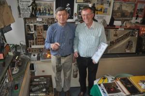 Ehrenknappe Rolf Kröhnke (links) schenkte Max Rehfeld über vierzig Grubenlampen für den Museumsfundus.