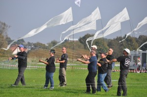 Vierleinige Lenkdrachen erfordern eine gute Bewegungskoordination und volle Konzentration der Piloten.