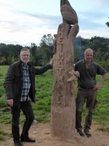 Holzkünstler Jürgen Audehm nach getaner Arbeit mit Vereinsvorsitzenden Axel Kunstmann