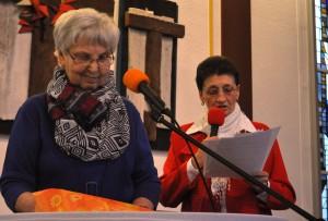 Humoristischer Jahresrückblick auf das Gemeindeleben mit Ruth Martin (li) und Christel Luczka.