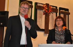 """Albrecht und Christa A. Thiel präsentierten im übervollen Gemeindesaal das Programm """"Transparenz ist, wenn du durchblickst""""."""