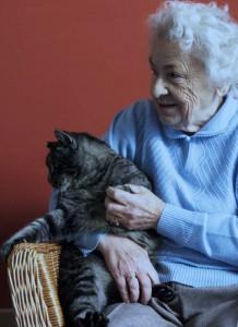 Oma mit Katze-seitenverkehrt