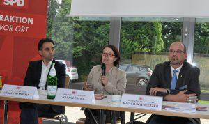 """Gürbüz Demirhan, Nadja Lüders und Rainer Schmeltzer bei der Diskussionsveranstaltung """"Vom Flüchtling zum Nachbarn""""."""