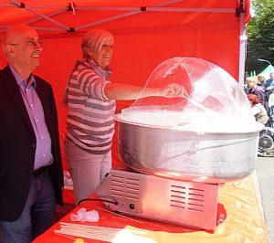 Im roten Zelt der SPD: Landtagsabgeordneter Armin Jahl und Ratsvertreterin Gudrun Heidkamp rühren Zuckerwatte.