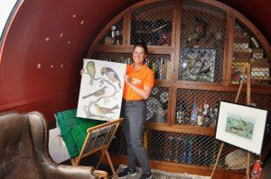 Franziska Schmitt erläutert den Besuchern die Sammelstücke.