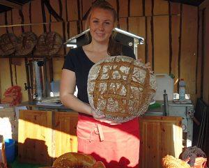 Appetitlich serviert Sophie ein Riesenbrot für die Party: Sie reiste übrigens mit ihrem Chef von der Bäckerei Schwarz aus Bad Wildungen an.