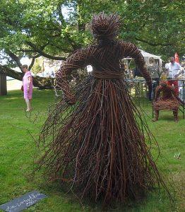 Eine Windfee braust heran, aus Weidenrutengeflecht zusammengeweht. Ein Werk von Barbara Jamin-Sassmannshausen.