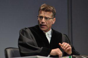 Johannes Bandrup als Vorsitzender Richter.