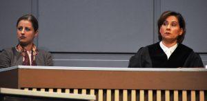 Tina Rottensteiner (li) alsNebenklägerin Fanziska Meiser und Annett Kruschke als Staatsanwältin.