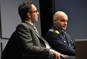 Angeklagter Major Lars Koch (Christian Maye links) und sein Verteidiger Biegler (Christoph Schlemmer).
