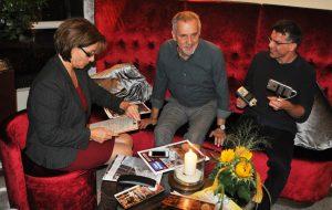 Jussi Adler-Olsen (Mitte) im Gespräch mit den Schauspielern Annett Kruschke und Johannes Brandrup.