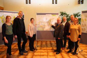 Bezirksbürgermeister, Quartiersmanagement, der Wettbewerbs-Organisator und Tanja Reunert vom Amt für Stadterneuerung nahmen neben Bürgern und Lokalpolitikern die Ausstellung in Augenschein.
